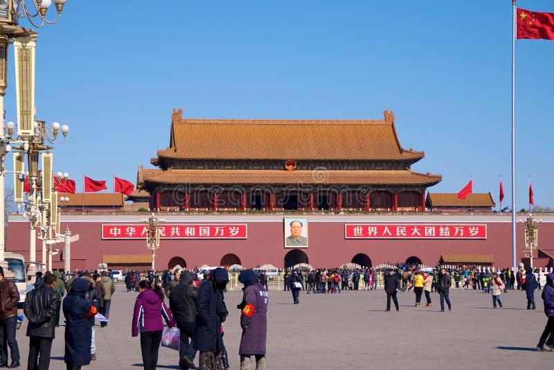 站立在毛泽东前陵墓的中国常驻访客和游人人群在天安门广场在北京,奇恩角 免版税库存照片