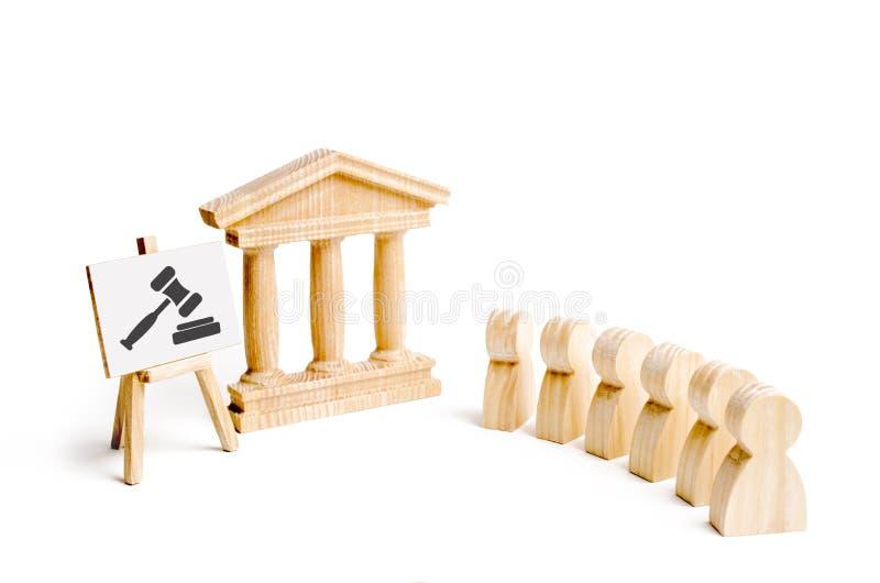 站立在法院大楼附近法官的惊堂木的标志一群人 司法系统和立法机关的概念 库存图片