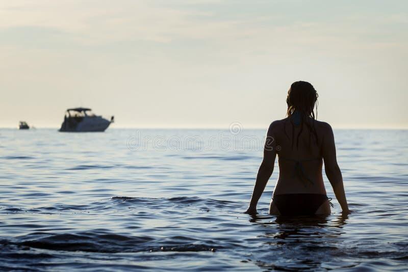站立在浅滩的妇女 免版税库存照片