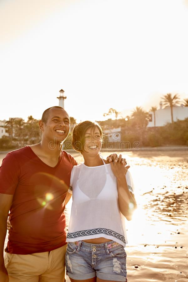 站立在海滩的迷人的成人夫妇 免版税库存图片