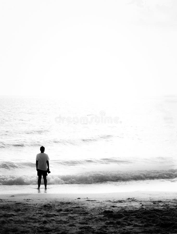站立在海滩 库存图片
