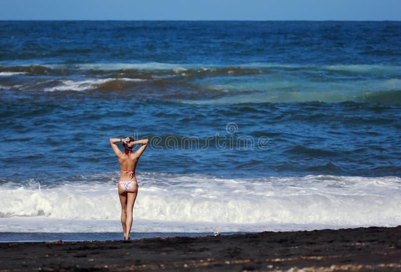 站立在海的redhed少妇 图库摄影