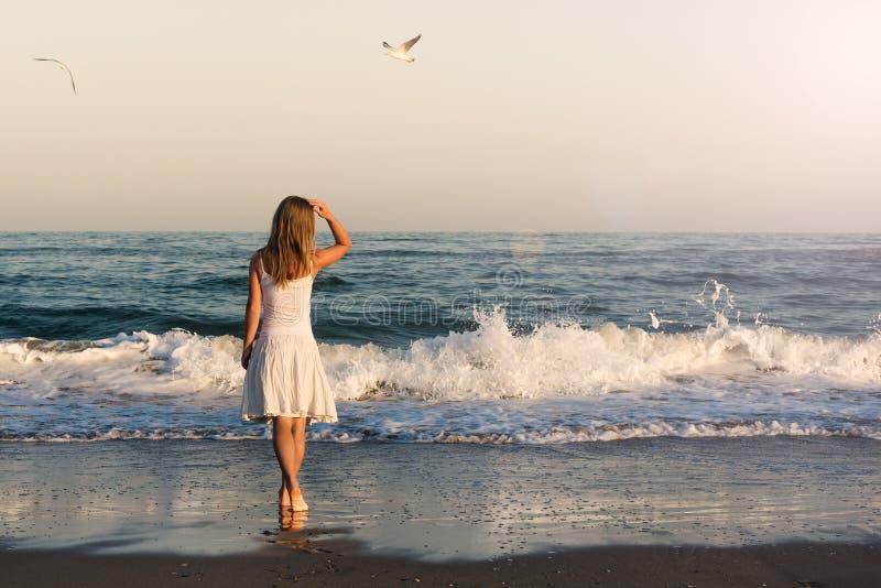 站立在海滩的女孩 库存照片