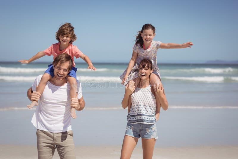 站立在海滩的快乐的家庭画象 库存图片