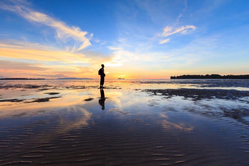 站立在海滩附近的人 免版税图库摄影