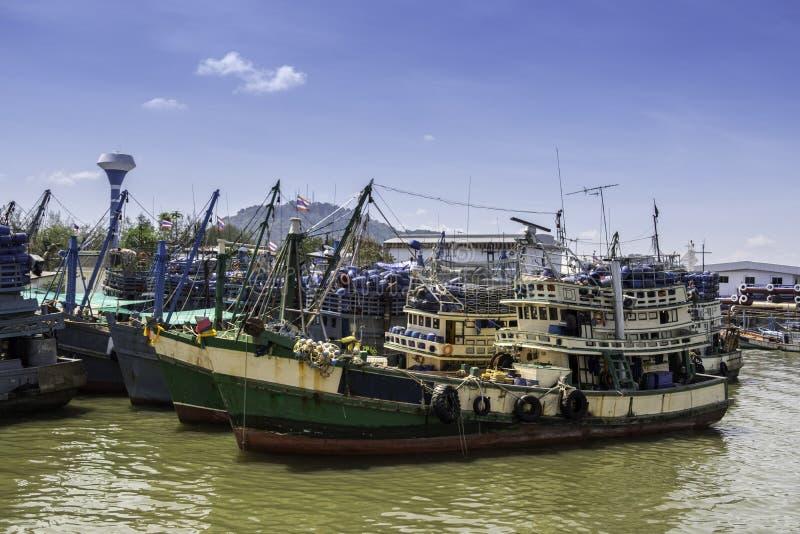 站立在渔夫口岸的绿色渔船 免版税库存图片