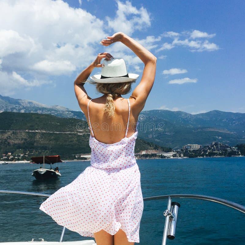 站立在游艇的少妇 免版税库存图片