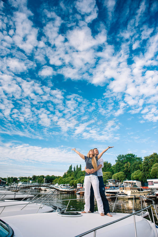 站立在游艇的男人和妇女 库存照片