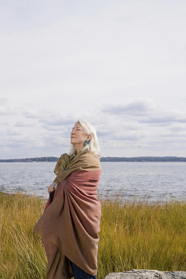 Download 站立在湖附近的资深妇女 库存照片. 图片 包括有 快乐, 被砍的, 招待, 休闲, 成人, 云彩, 目录 - 62534410