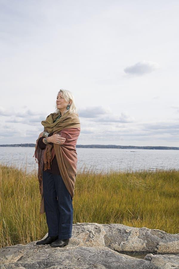Download 站立在湖附近的资深妇女 库存图片. 图片 包括有 白种人, 愉快, 旅途, 放松, 喜悦, 女演员, 快乐 - 62534415