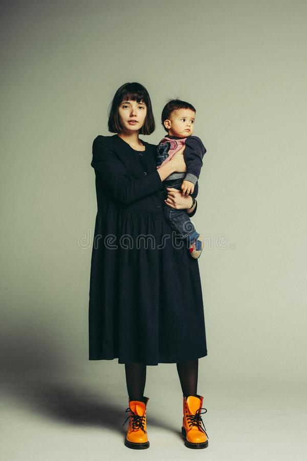 站立在演播室的母亲和儿子画象  免版税库存照片