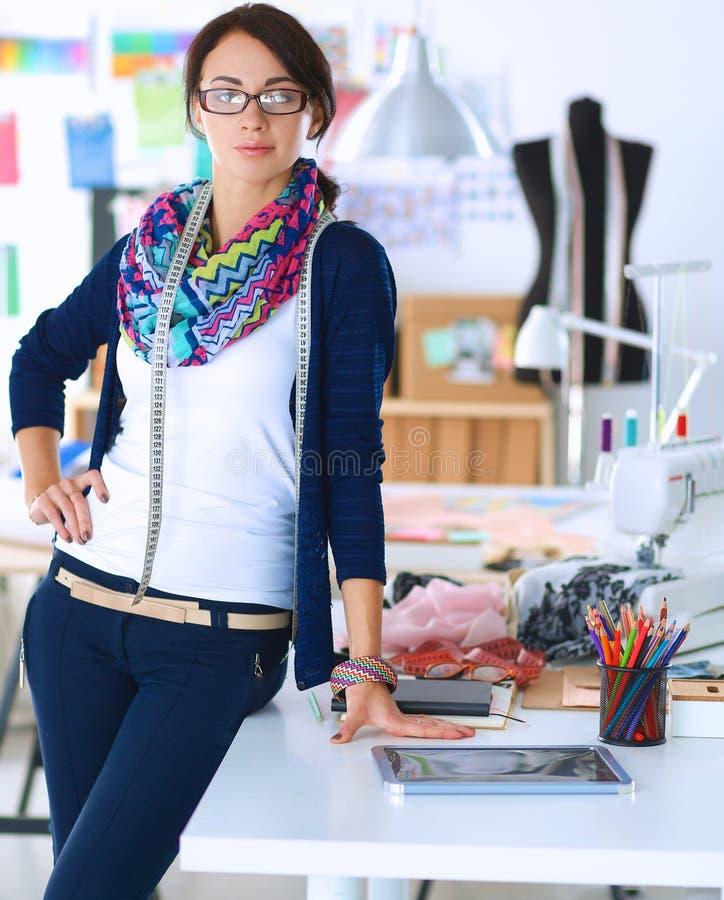 Download 站立在演播室的美丽的时装设计师 库存照片. 图片 包括有 裁缝, 头发, 创建, 办公室, 模式, 成人 - 62527256