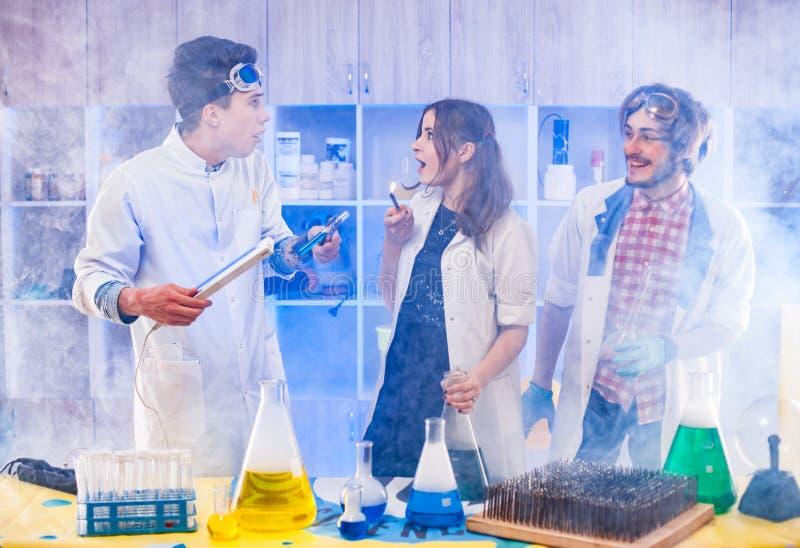 站立在烟的滑稽的科学家 库存图片