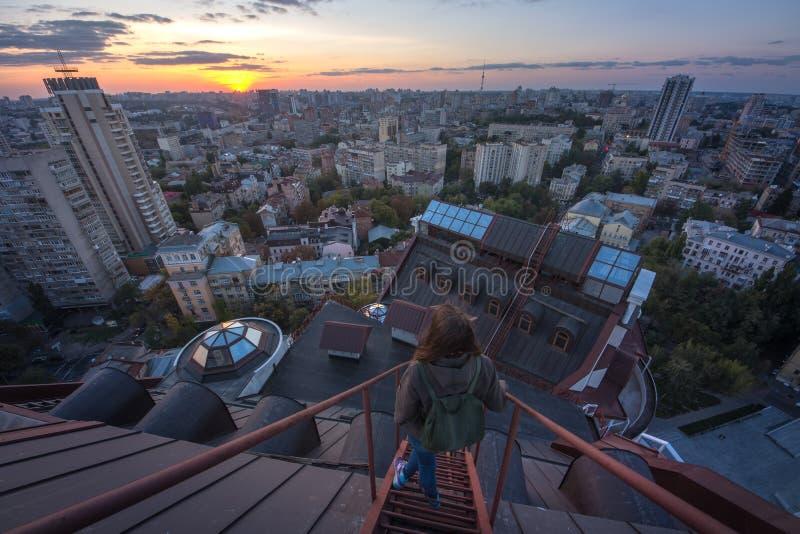 站立在现代大厦的屋顶的妇女在基辅,乌克兰 库存照片