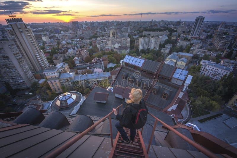 站立在现代大厦的屋顶的妇女在基辅,乌克兰 免版税库存图片