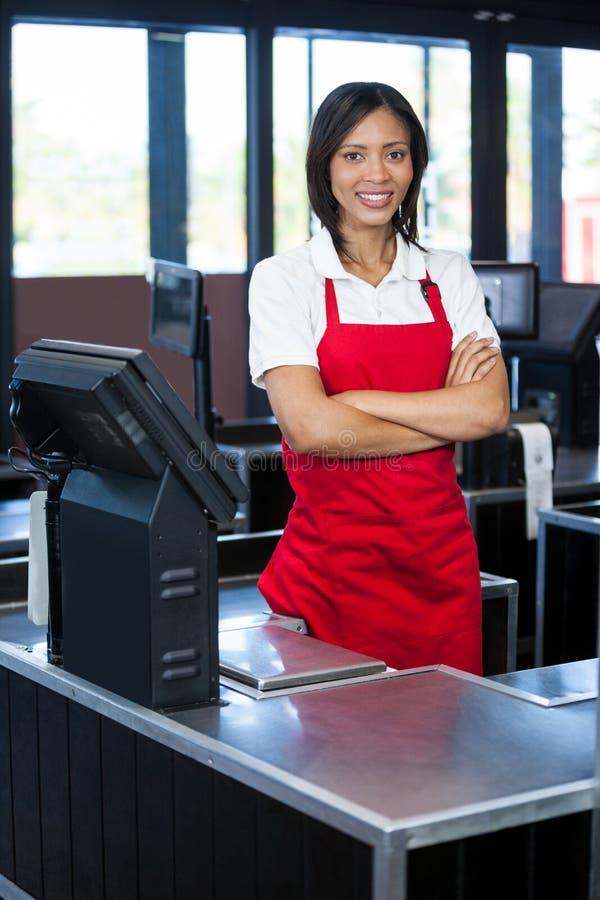 站立在现金柜台的女职工 库存照片
