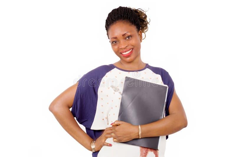 站立在白色背景的微笑的少妇画象  免版税库存照片