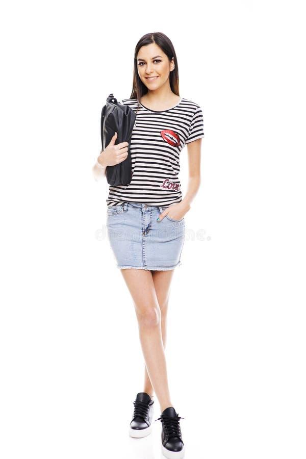 站立在白色背景的快乐的少妇全长画象  免版税库存图片