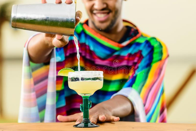 站立在的英俊,微笑的墨西哥侍酒者特写镜头  免版税图库摄影