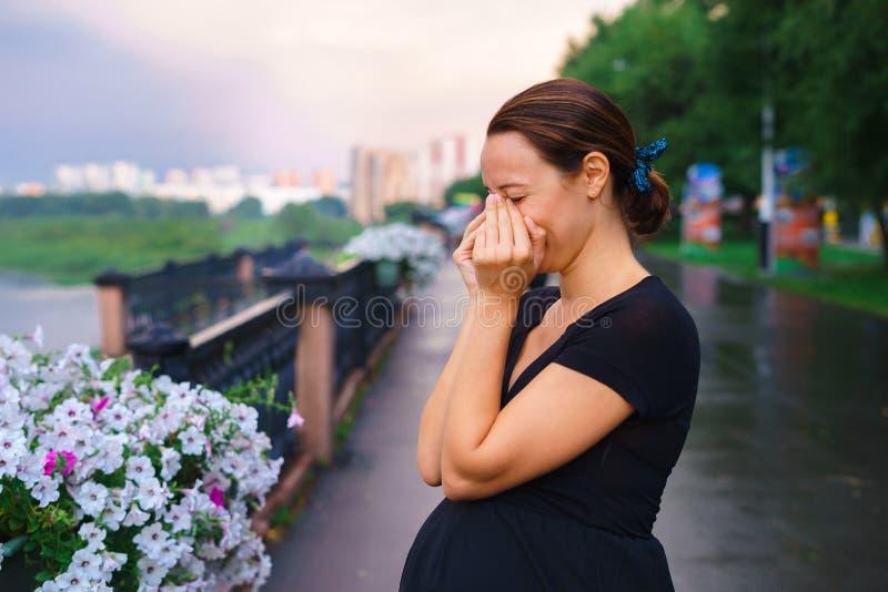 站立在码头和哭泣的孕妇 免版税库存照片