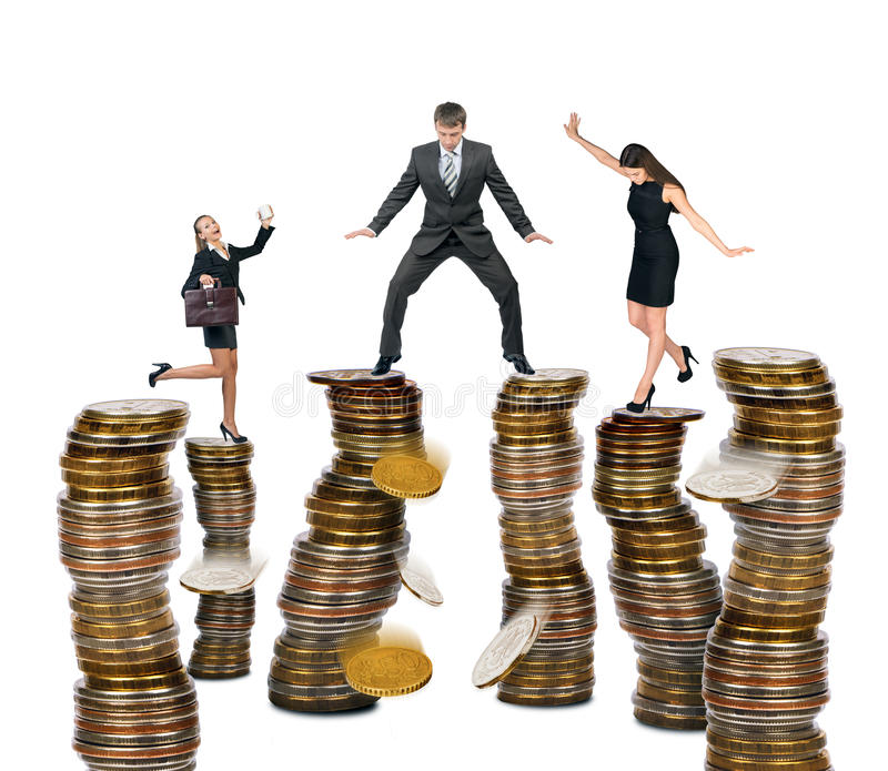 站立在硬币的商人 免版税库存照片