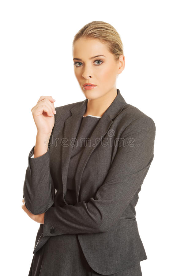 站立在确信的姿势的女实业家 免版税库存照片