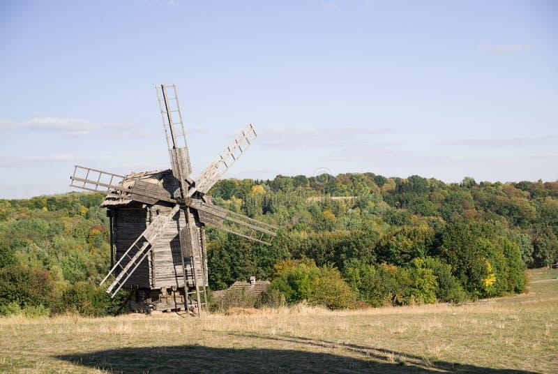 Download 站立在秋天森林边缘的风车 库存图片. 图片 包括有 研磨机, 自治权, 磨房, 叶子, 天气, 正方形, 森林 - 62535423