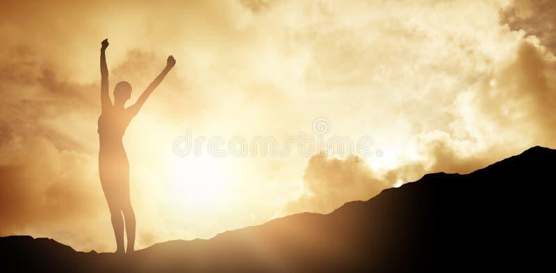 站立在秤的快乐的亭亭玉立的妇女的综合图象 免版税库存图片
