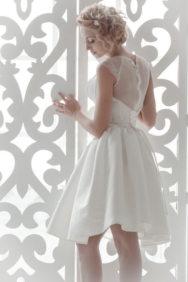 站立在窗口的新娘 库存照片