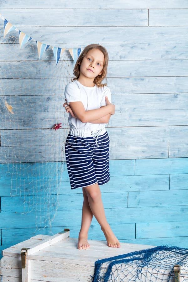 站立在箱子的小女孩水手 库存图片