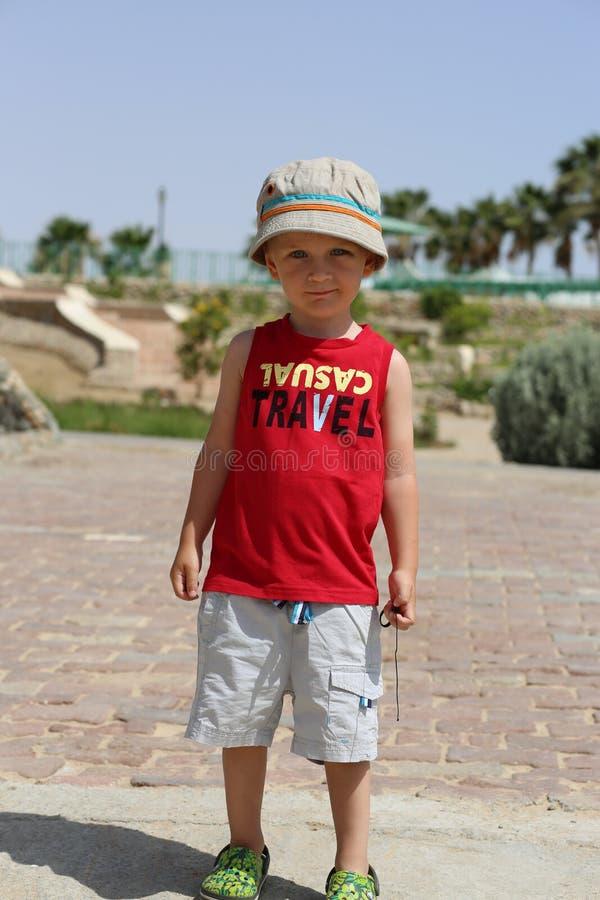 站立在红色衬衣的小男孩 库存图片