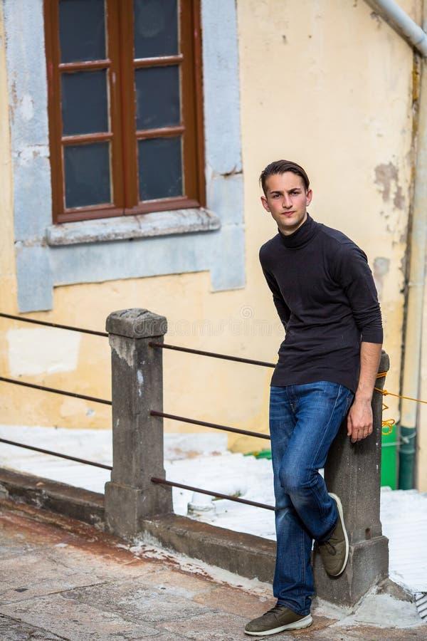 站立在胡同的年轻人在老镇 从容不迫的漫步 免版税图库摄影