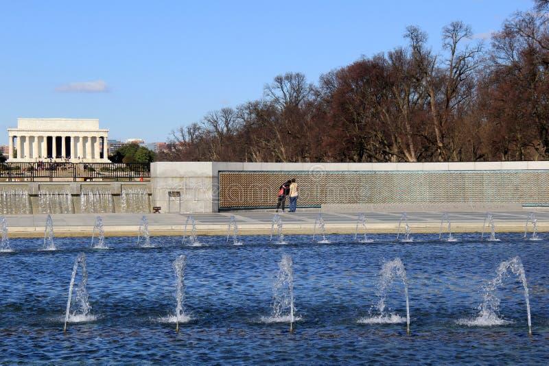 站立在自由墙壁的访客,记住失去, WWII纪念品,华盛顿特区, 2015年 免版税图库摄影