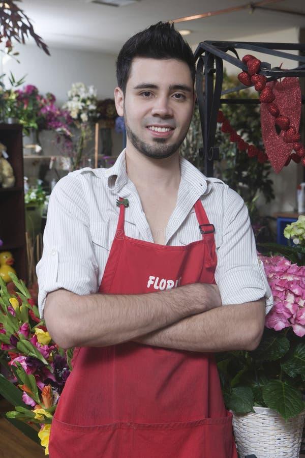 站立在花店的确信的男性卖花人 库存照片