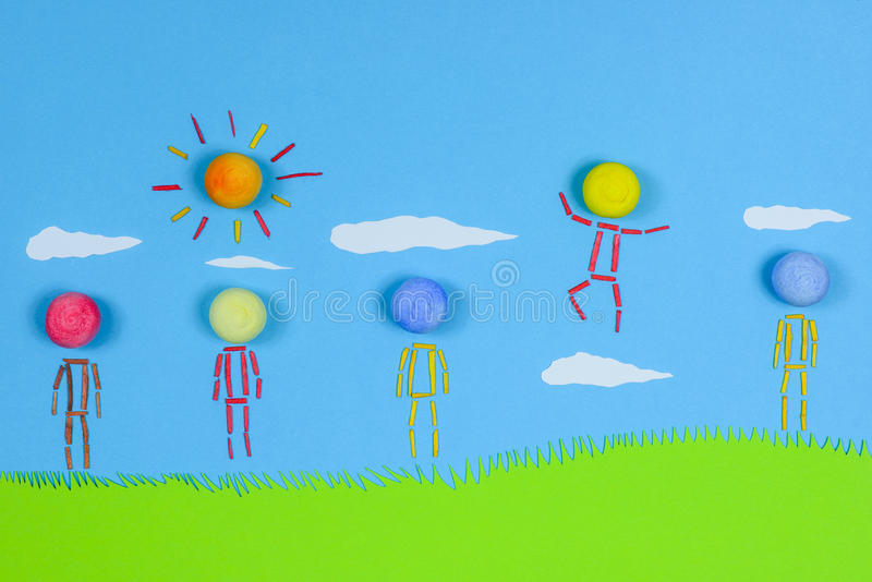 站立在草的比喻人民反对蓝天 库存照片