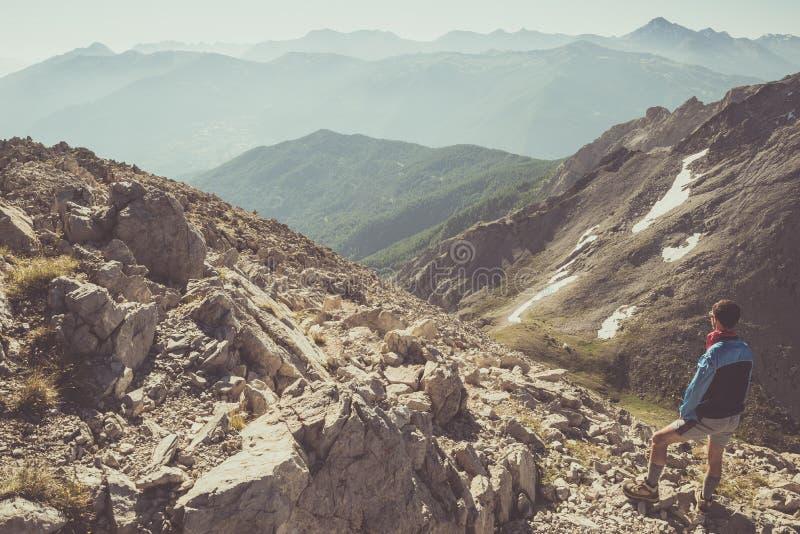 站立在落矶山脉小径的远足者 免版税库存图片
