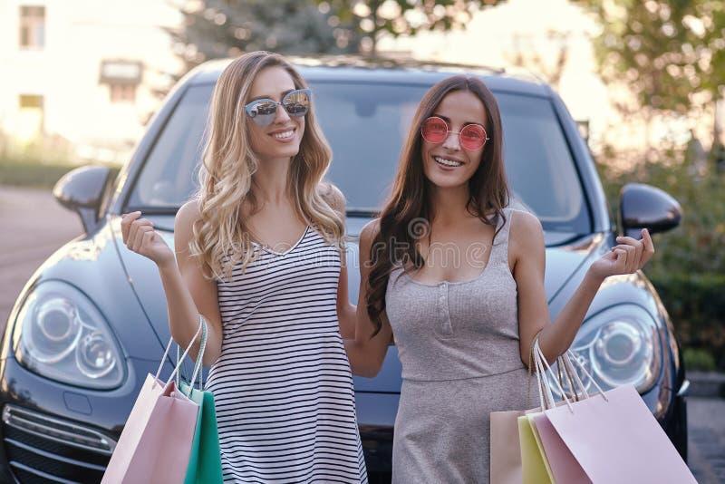 站立在街道上的汽车的妇女 免版税库存图片