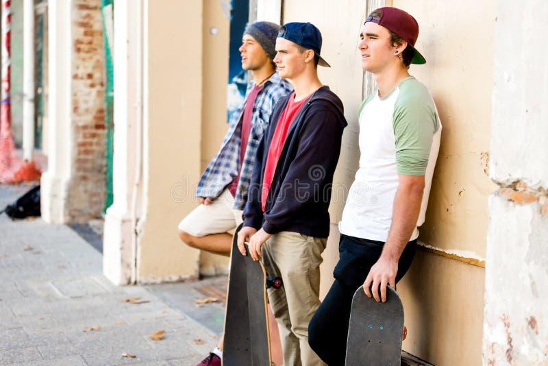 站立在街道的少年朋友 免版税库存图片