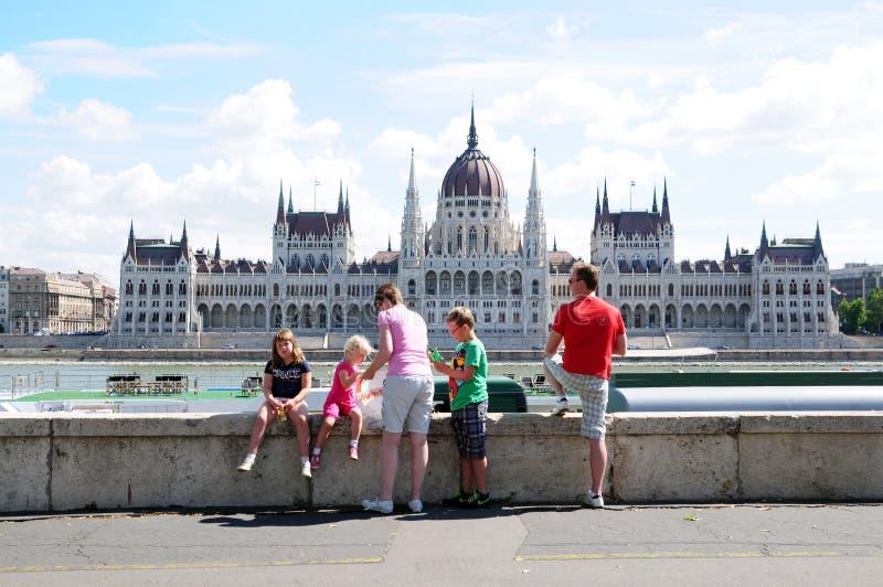 家庭游人在布达佩斯 库存图片