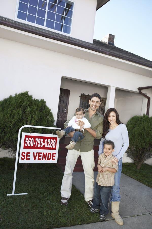 站立在议院前面的家庭待售 免版税库存图片
