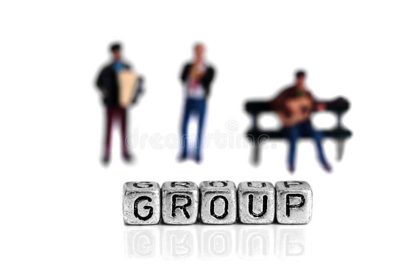 站立在词组后的微型比例模型音乐家 免版税库存图片