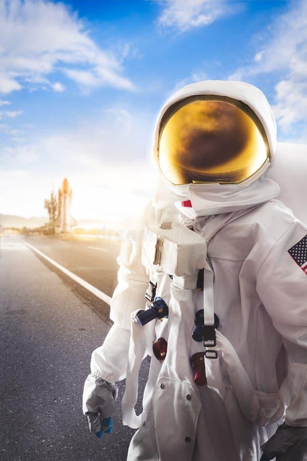 站立在路的宇航员 免版税库存图片