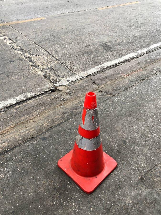站立在路附近的老交通锥体 库存照片