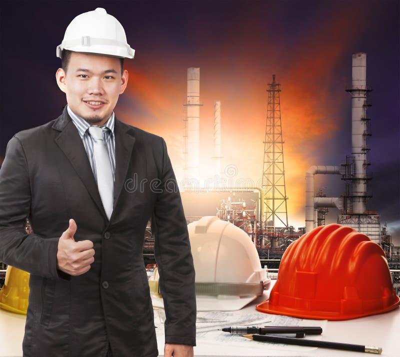 站立在运作的传说o前面的年轻石油化学的工程师 库存照片