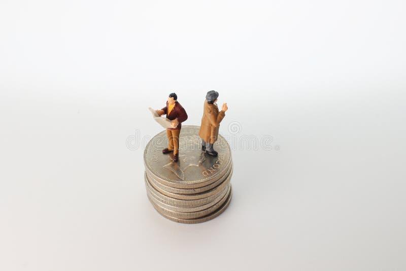 站立在金钱的极小的busines sman 免版税图库摄影