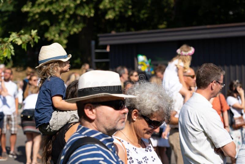 站立在阳光下与草帽Jugendfest布鲁格Impressionen 免版税库存照片