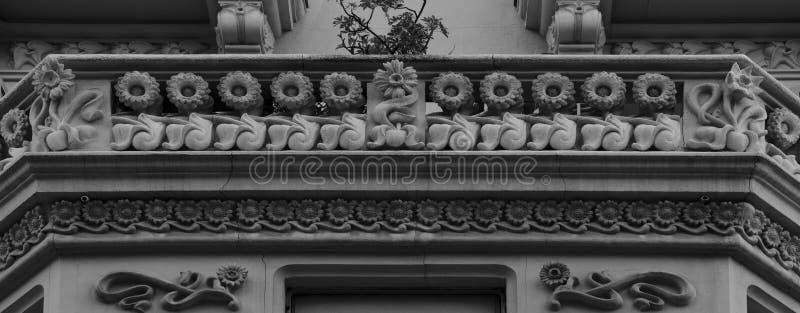 站立在阳台的行的向日葵 库存照片