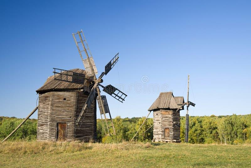 Download 站立在领域的风车反对蓝天 库存图片. 图片 包括有 草原, 正方形, 玉米田, 蜂蜜酒, 风车, 溢满, 天空 - 62535545