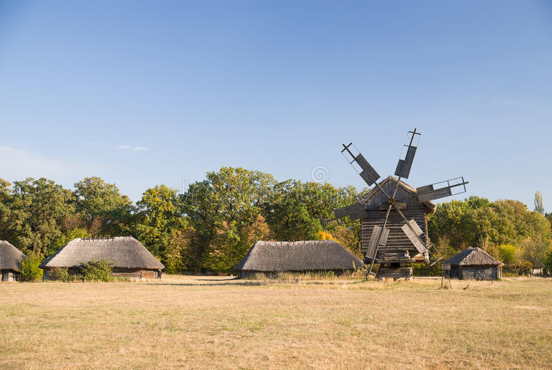 Download 站立在领域的风车反对蓝天 库存照片. 图片 包括有 研磨机, 天空, 森林, 蓝色, 磨房, 木头, 天气 - 62535650