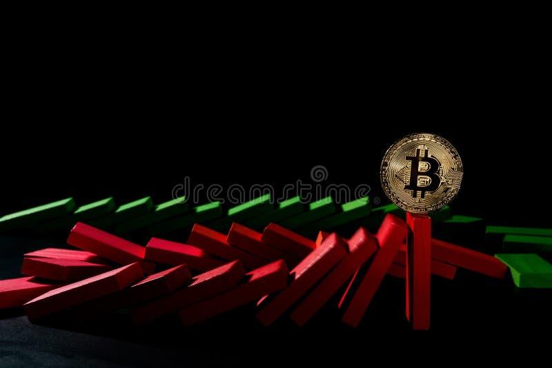 站立在黑背景的下跌的多米诺的Bitcoin 免版税库存照片